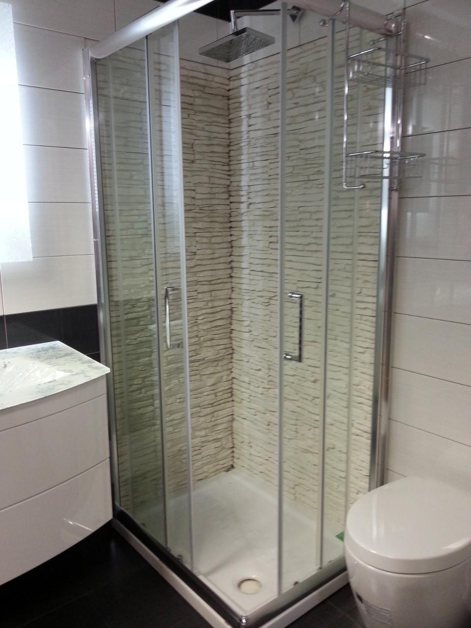 Il bagno rinnovare con la pietra for Pannelli rivestimento doccia