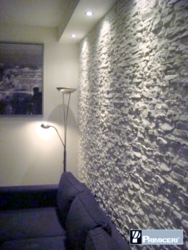 Il soggiorno rinnovare con la pietra for Cosa mettere dietro il divano