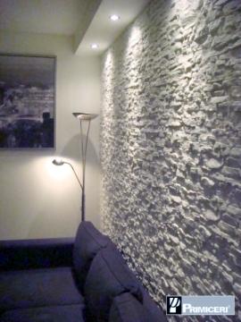 parete rivestita dietro divano salotto, soggiorno, come rivestire un soggiorno, pietra finta, finte rocce, rivestimenti per soggiorno roma