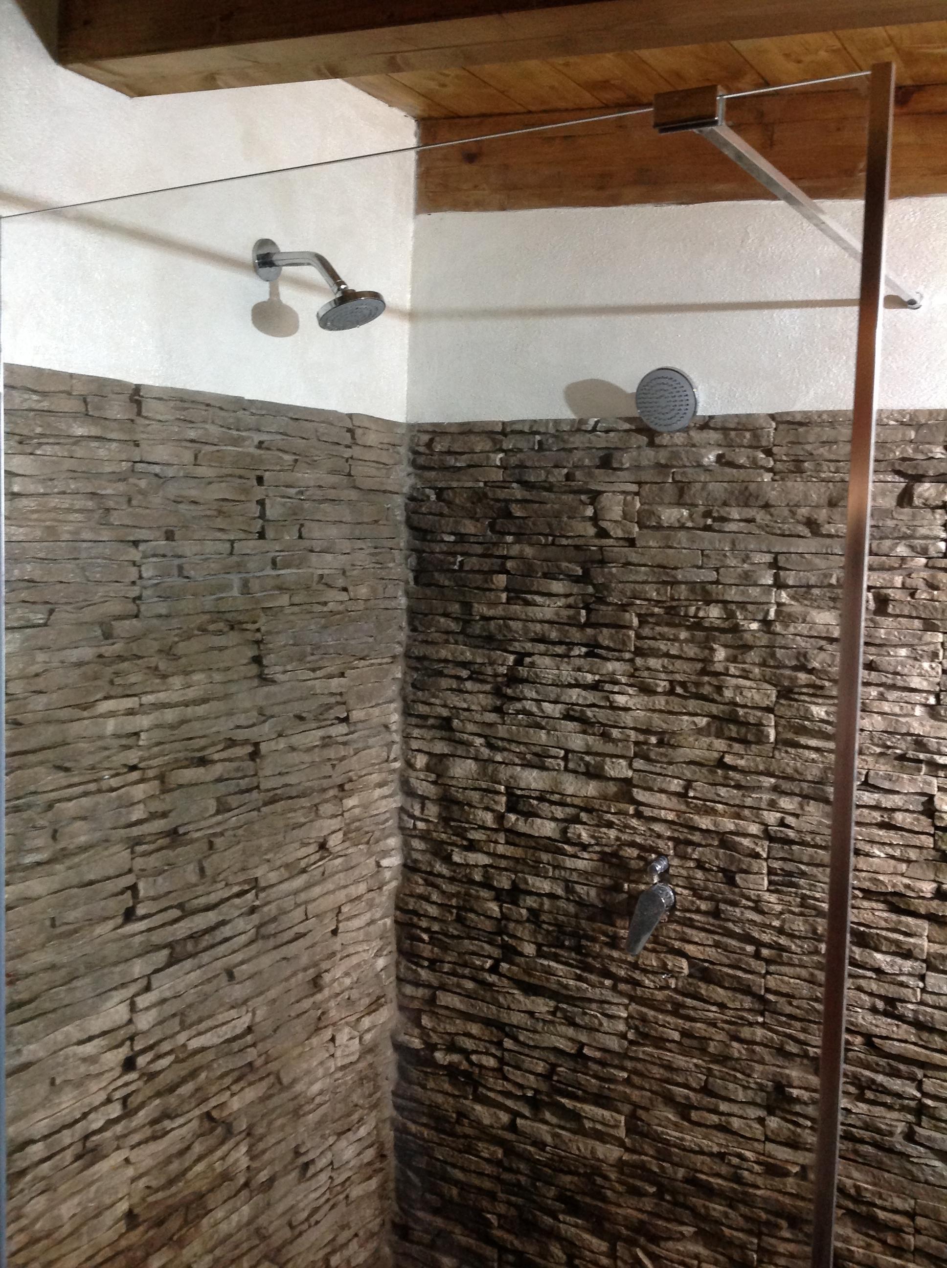Rivestimenti Bagno Rustico : Lavori rinnovare con la pietra
