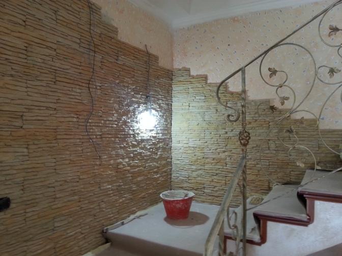 Parete soggiorno rivestimento pietra ricostruita PETRA PRIMICERI giallo sinai Roma rinnovareconlapietra.com