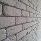 Una parete di una mansarda, rivestita con Mattone bianco