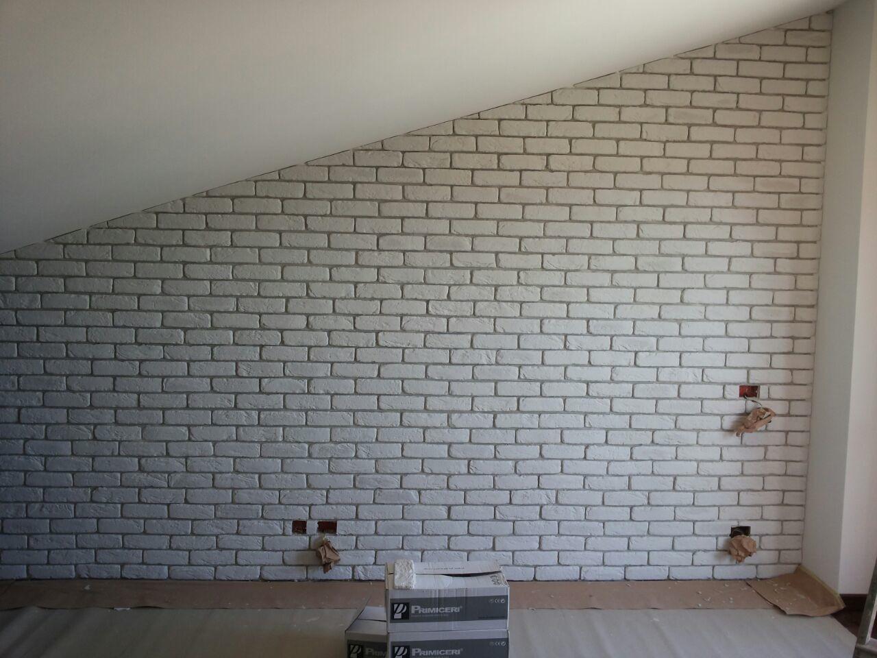 Una parete di una mansarda rivestita con mattone bianco for Mattoni finti per interni