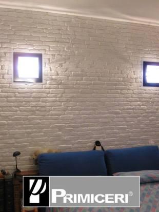 parete mattoncino bianco dietro divano