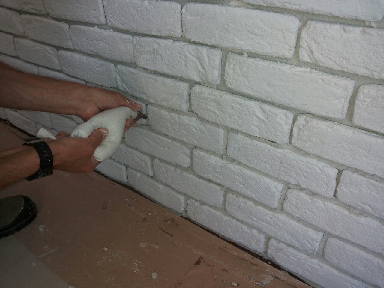 Una parete di una mansarda rivestita con mattone bianco - Parete rivestita in pietra ...
