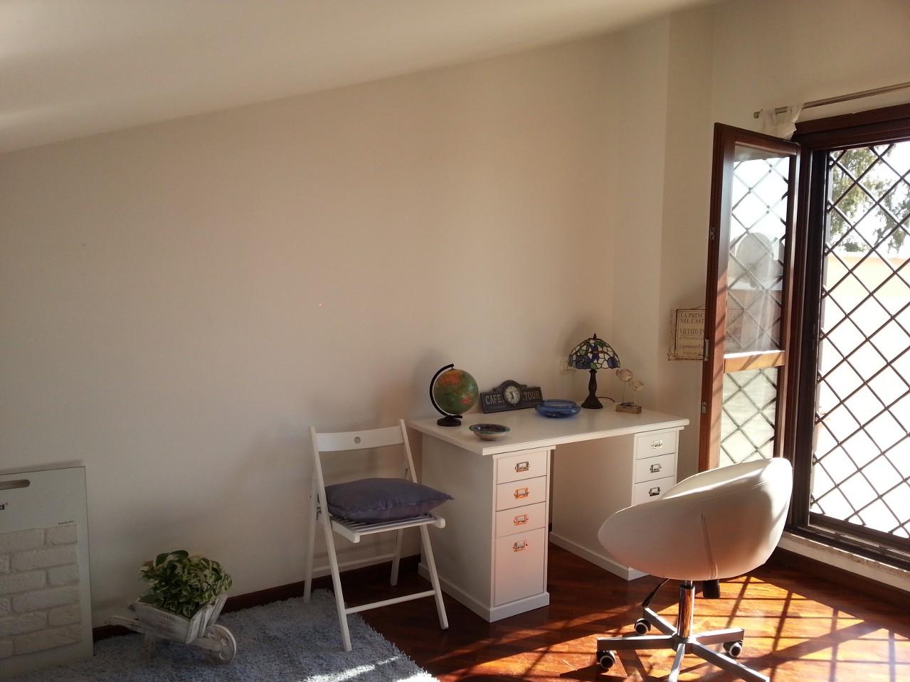Una parete di una mansarda, rivestita con mattone bianco ...