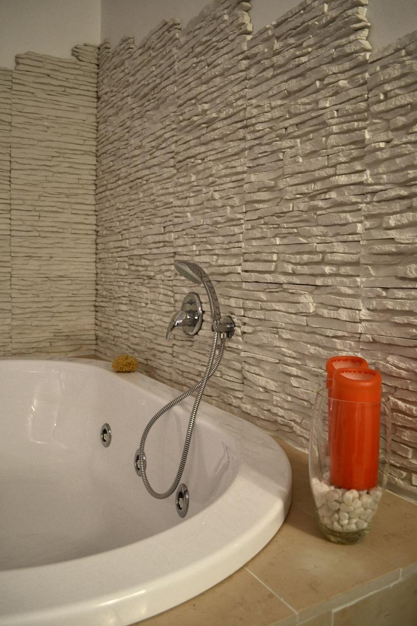 La tecnica della posa su pannello rinnovare con la pietra - Rivestimento bagno effetto legno ...