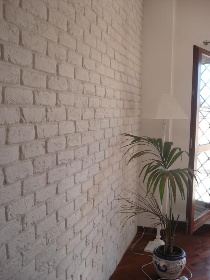 Parete soggiorno mattoni, Mattoni in soggiorno, Finti mattoni in soggiorno, Parete in mattoni dietro divano, Rivestimento in mattoni bianchi Roma