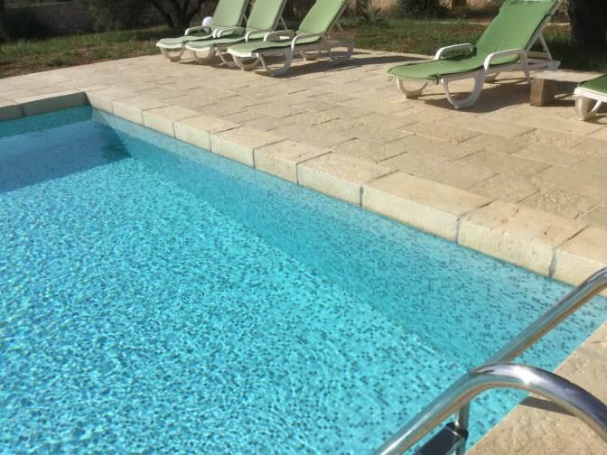 Gradino utilizzato come bordo piscina