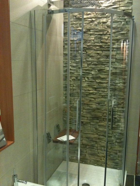 Il bagno rinnovare con la pietra - Bagno finta muratura ...