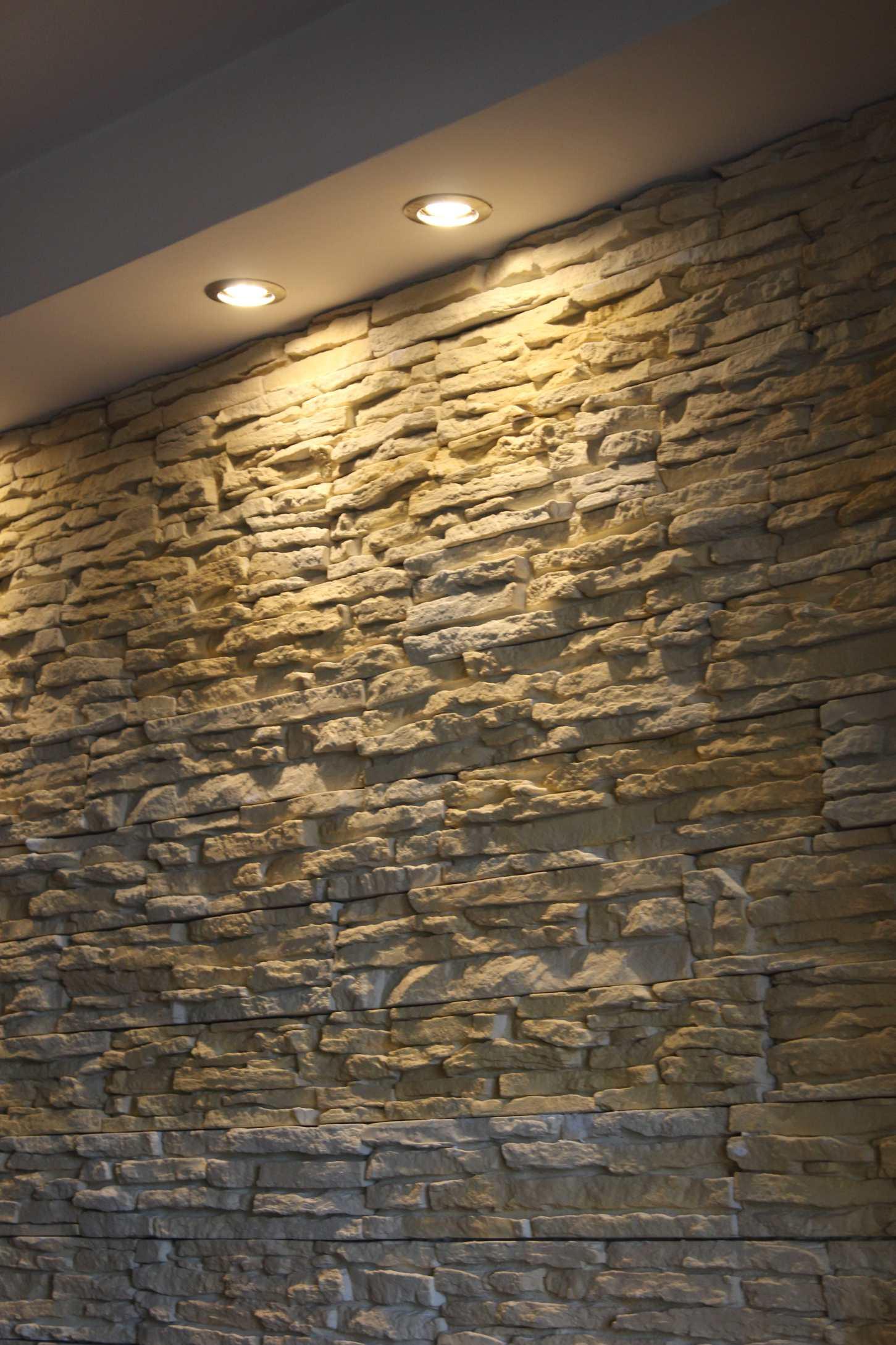Il soggiorno rinnovare con la pietra for Illuminazione faretti