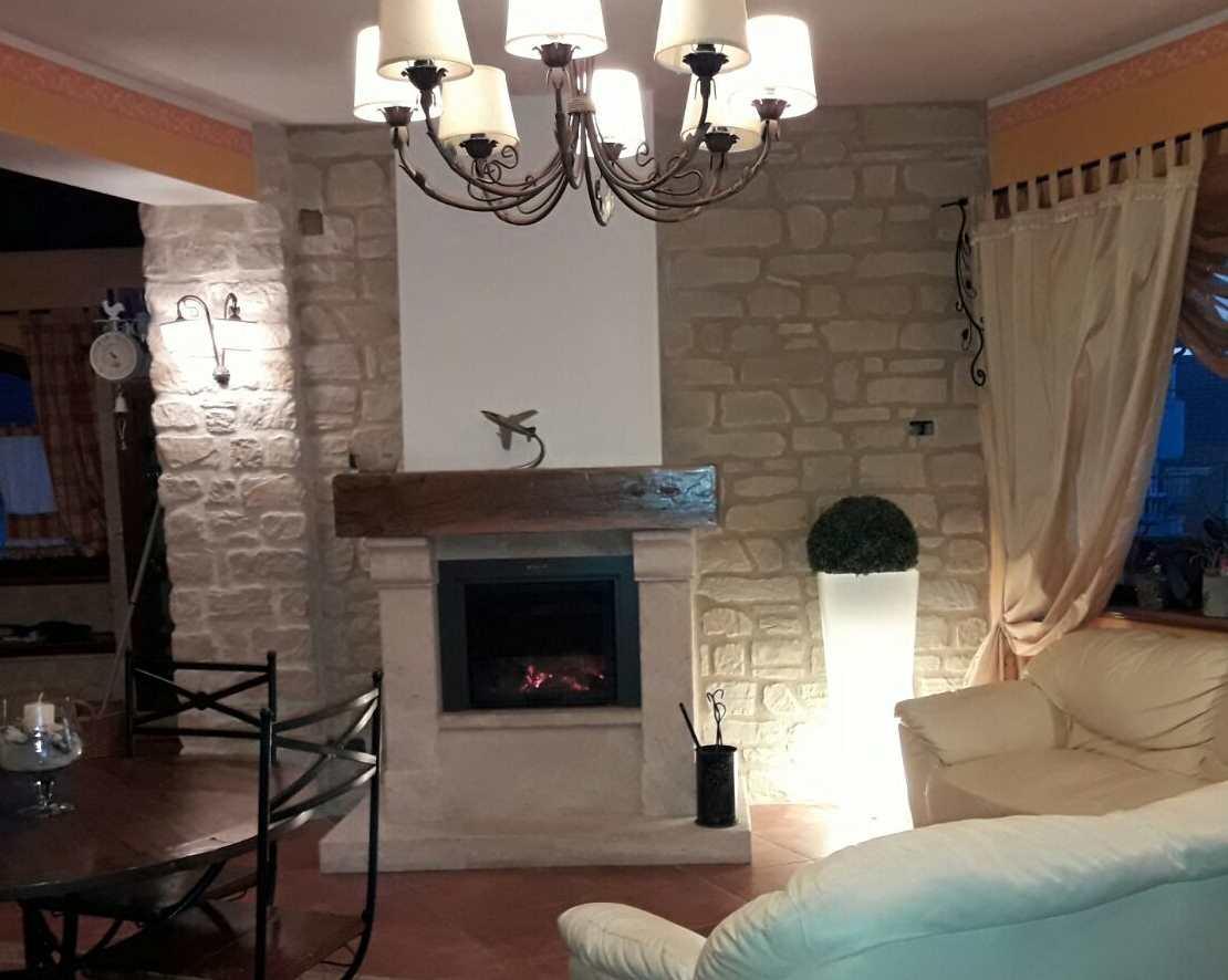 Il soggiorno rinnovare con la pietra for Parete salotto