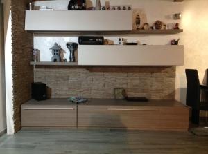Boiserie e parete addossata rivestita Petra grigio fumo