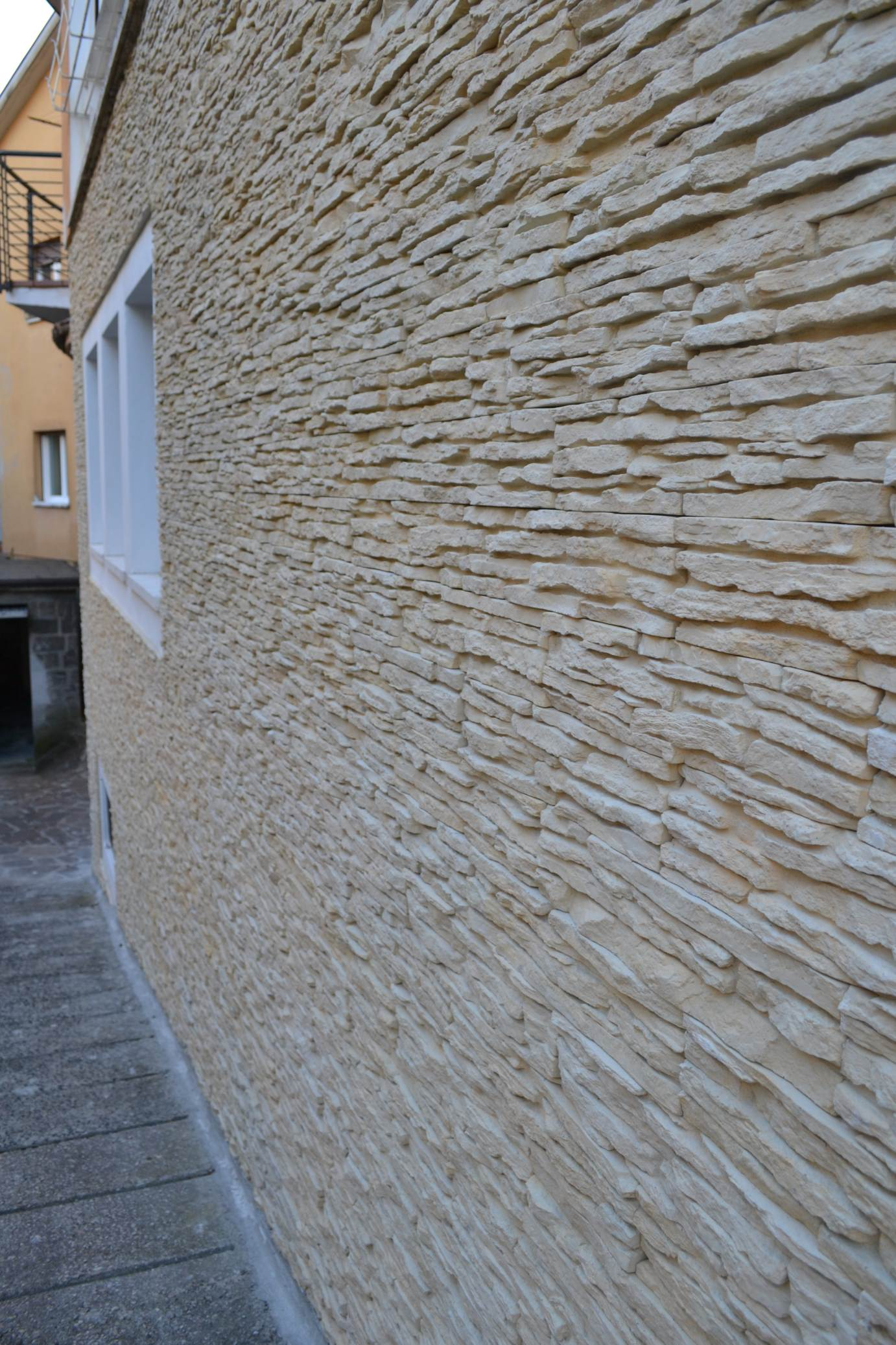 Esterni rinnovare con la pietra for Zoccolo esterno