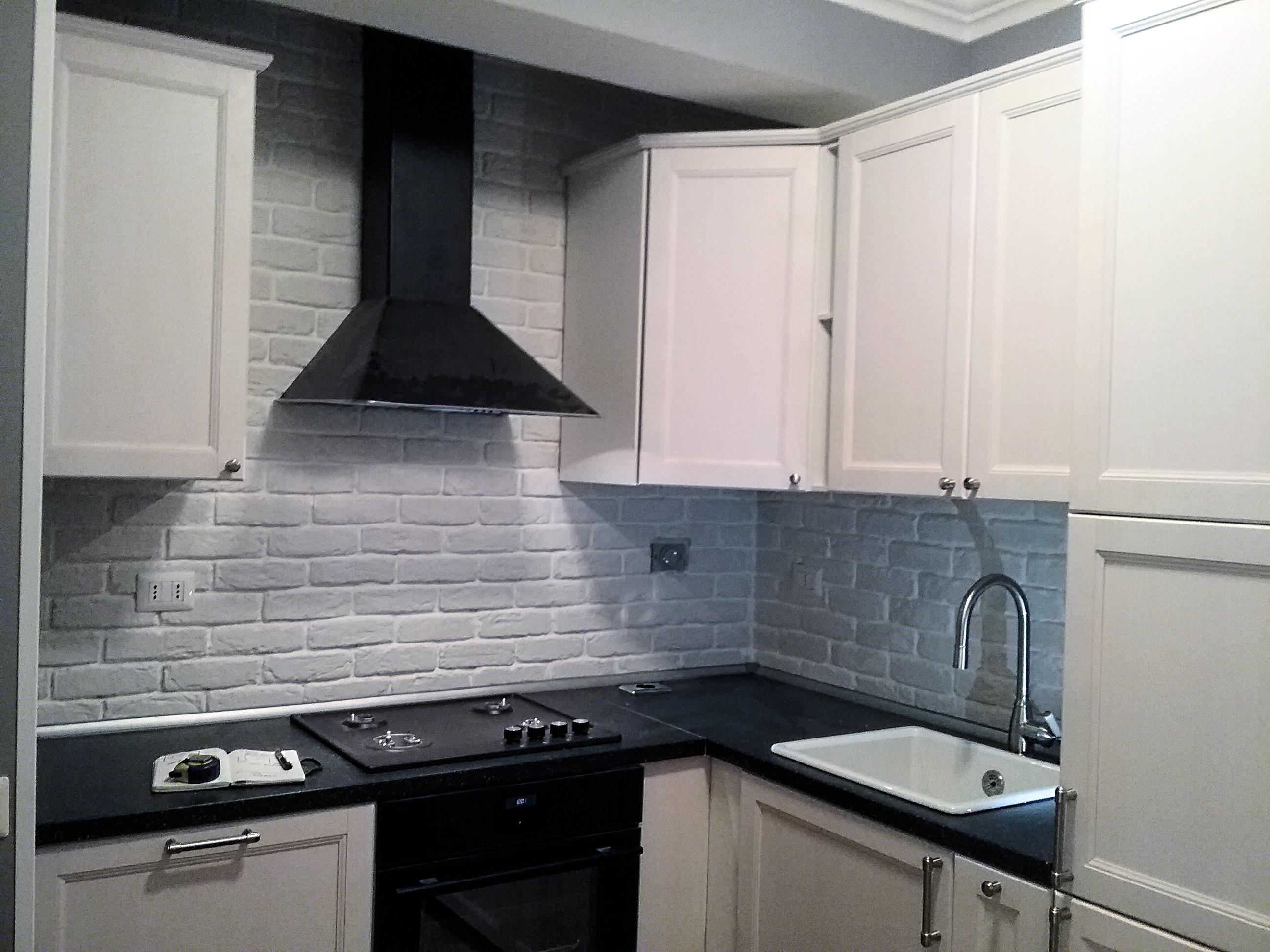 La cucina e la pietra ricostruita rinnovare con la pietra for Pannelli per coprire piastrelle cucina