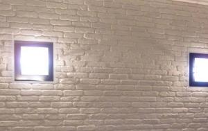 luce parete mattoncini bianchi