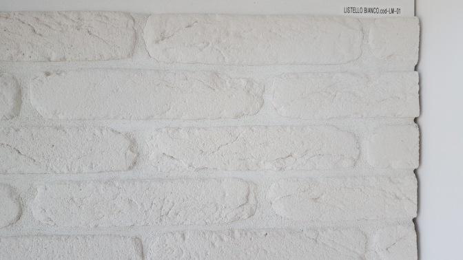 parete in finti mattoni, mattoncini in pietra ricostruita, pietra traspirante, parete bianca