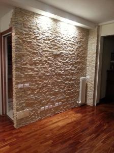 Parete in finta pietra soggiorno, Petra, Parquet e pietra ricostruita, Illuminare parete rivestita, illluminazione parete finta pietra , Petra Primiceri,