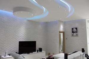 parete soggiorno con tv finta pietra, prezzo finti mattoni, mattoni antichizzati, soggiorno con mattoncini, mattoncini per salotto