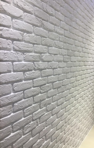parete mattone bianco stuccata bene