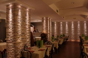 Restyling ristorante, pietra ricostruita pareti ristorante, interior design, arredo pareti ristorante,