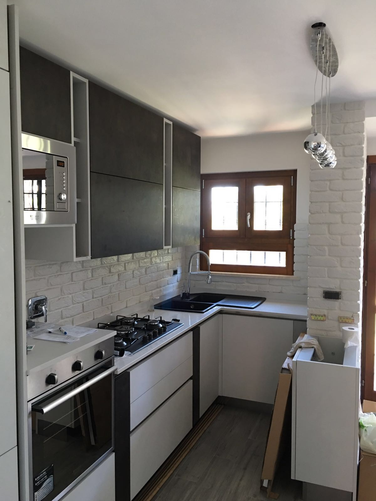La cucina e la pietra ricostruita rinnovare con la pietra for Rivestimento cucina
