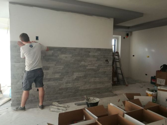 rivestimento soggiorno, arredare un salotto, pietra salone, salotto in pietra, parete in pietra, roma, rivestimenti eco,