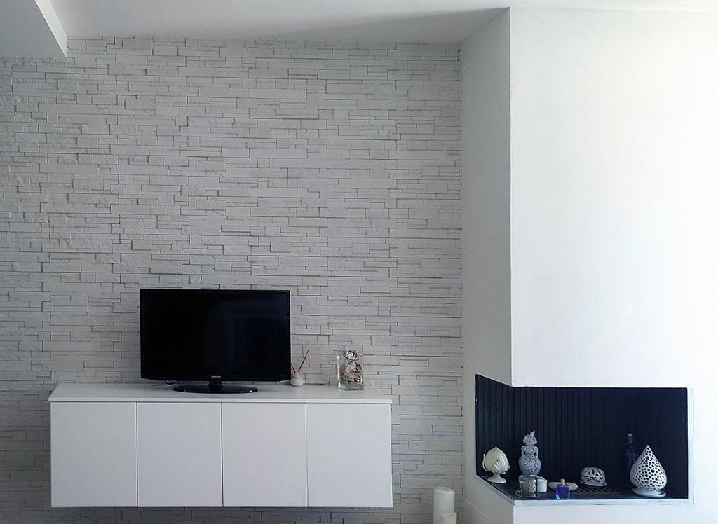 Rivestire una parete in soggiorno dietro la tv – rinnovare con la pietra