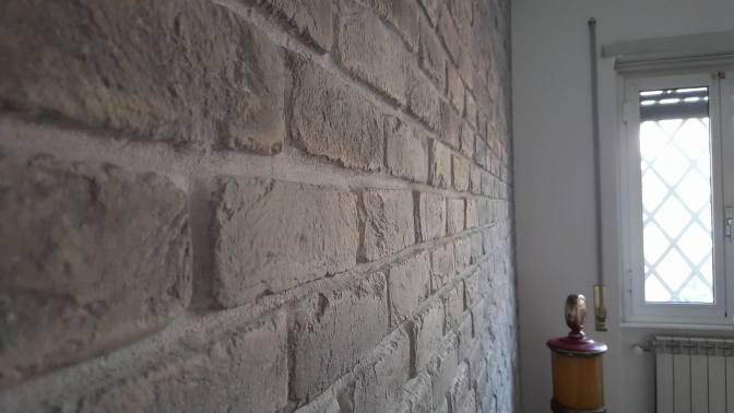 Parete in mattoni soggiorno, Mattoni riprodotti Roma, Mattoni per rivestimento Roma, Mattoncini colorati Roma, Mattoni finta pietra, Finti mattoni, rivestimento soggiorno in pietra roma, pietra ricostruita prezzi roma