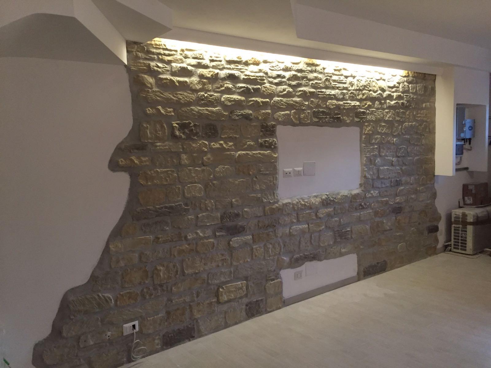 Il soggiorno rinnovare con la pietra - Piastrelle effetto roccia ...