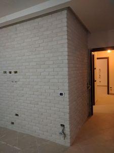 parete in mattoni bianchi roma, arredamento soggiorno, arredamento negozi roma