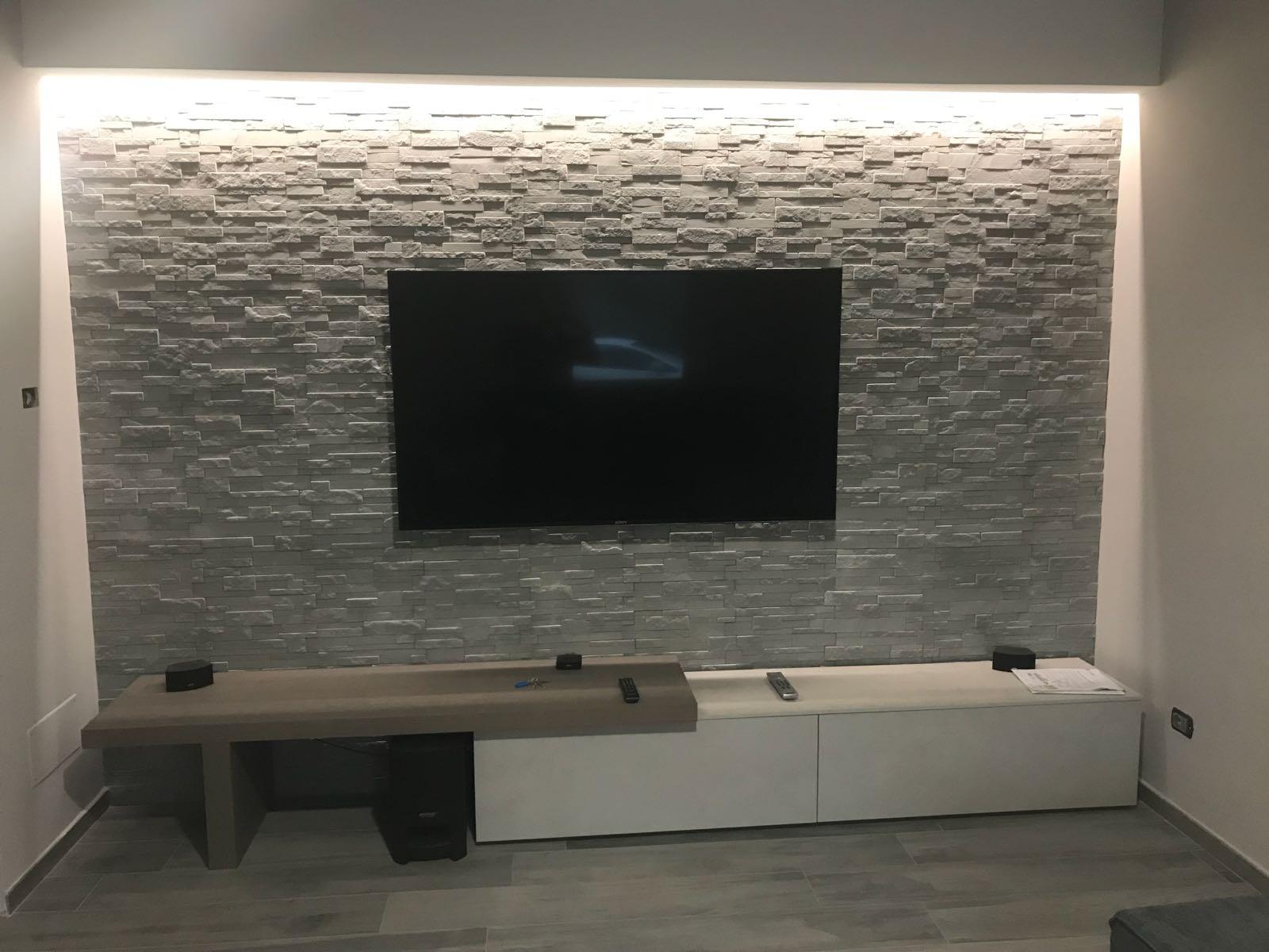 Rivestire una parete in salotto dietro la tv – rinnovare con la pietra