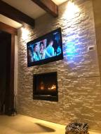 Rivestire una parete in salotto dietro la tv