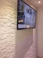 Rivestire una parete in soggiorno dietro la tv