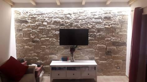 Rivestimenti per il soggiorno, Finta pietra per rivestire una parete in soggiorno, Come attaccare uno schermo su una parete rivestita, parete tv rivestita, rivestimenti atossici, rivestimenti naturali, rivestimento moderno, rivestimento rustico, stile urbano